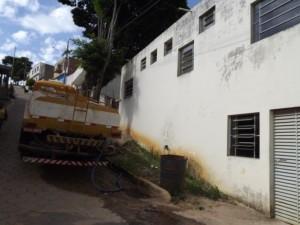 Caminhão pipa abastecendo o hospital e casas vizinhas. Foto: Sarha Dias / Portal Espera Feliz