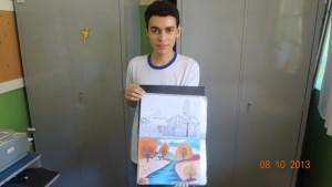 Leonardo Moreira Nascimento mostrando um de seus desenhos.