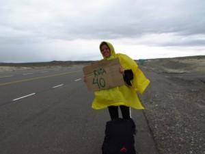 Larissa pedindo carona na famosa Rota 40 - patagonia argentina