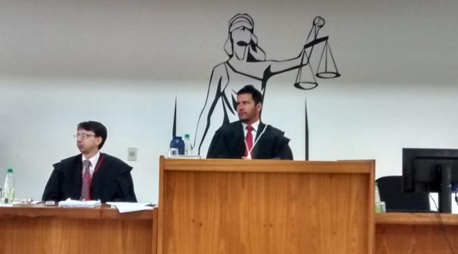 Juiz Presidente do Tribunal do Júri, Dr. Leonardo Curty Bergamini, com o Promotor de Justiça da Comarca de Espera Feliz, à esquerda, Dr. Vinícius Bigonha Cancela Moraes de Melo.