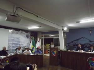 Momento em que a vereadora Sandra Donádio falava sobre o projeto de redução dos salários dos vereadores.